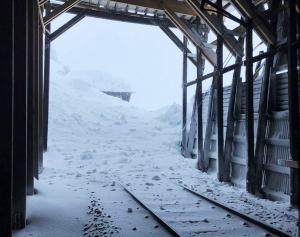 Passasjerer tilbrakte natta på tog – kjørte inn i snøskred på Bergensbanen