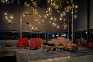 """""""Glassregn"""" bestående av 120 munnblåste lamper fra Hadeland Glassverk"""