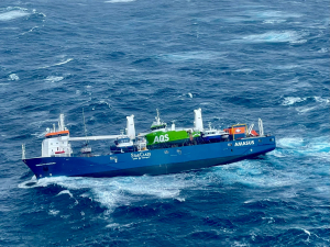 Lasteskip har fått slagside i Norskehavet