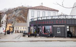 Stort koronautbrudd knyttet til kafé i Mandal – et titall kommuner rammet