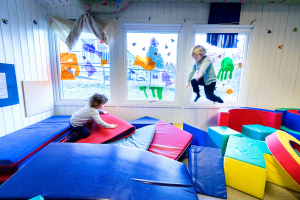 Ni av ti foreldre fornøyde med barnehagen under pandemien