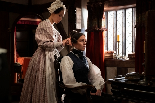 Suran Jones (til høyre) spiller landeieren Anne Lister i Sally Wainwrights «Gentleman Jack» (seriepremiere 23. april).