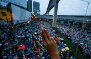 Demonstrasjonene i Thailand fortsetter tross forbud