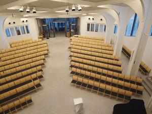 Krav om fastmonterte seter endres til tilviste plasser – men med bare 100 personer